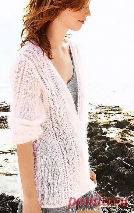 Пуловер, связанный из розового мохера.