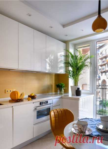 Маленькая отдельная, угловая кухня в современном стиле с врезной раковиной, белыми фасадами, столешницей из акрилового камня