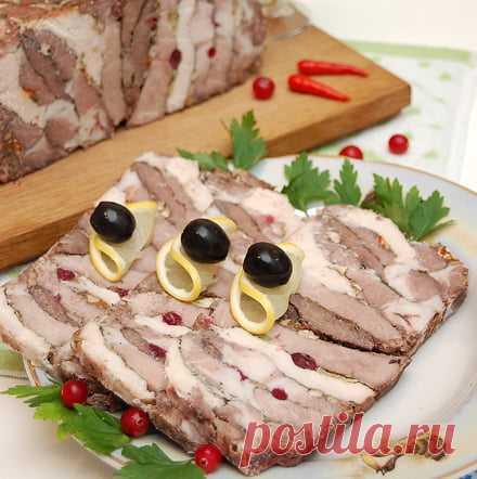 Буженина мясное ассорти - рецепт со свининой, говядиной и курицей Мясное ассорти - буженина из свинины, говядины и курицы, начинённая орехами, зеленью, чесноком, клюквой и запечённая в духовке. Рецепт с пошаговыми фото.