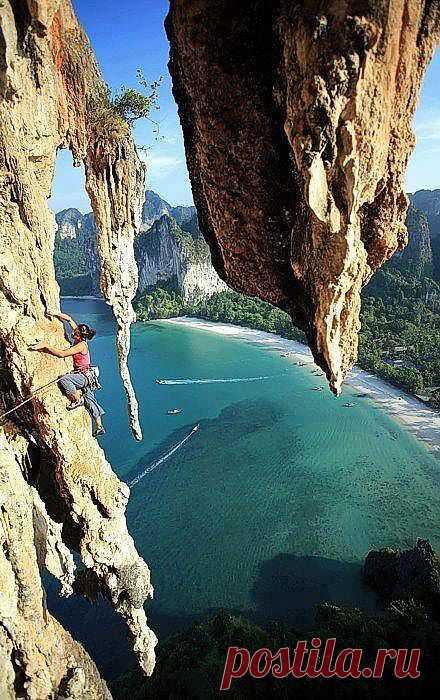 Провинция Краби - пляжный мирок виндсерферов и альпинистов. В этих местах море усыпано зеленоватыми маленькими островками в окружении вертикальных скал и пещер. Краби, Тайланд