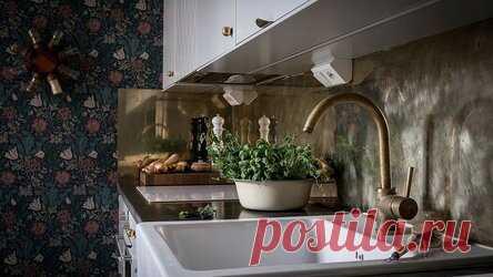 6 красивых приемов в дизайне кухни, которые редко используют (и зря) Каминная вытяжка, интегрированная мойка и шкаф-витрина — рассказываем про оригинальные идеи, которые стоит включить в дизайн-проект. Для того чтобы получить стильный проект кухни, иногда не нужно выдумывать что-то особенное, достаточно проверенных временем приемов. Но при этом есть идеи, которые не так часто появляются на кухнях, и зря: они заслуживают внимания. Мы собрали именно такие, чтобы у вас было б...
