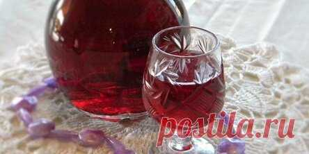 Настойка на вишне с водкой и без в домашних условиях Вишня – очень богатая витаминами ягода с кисловато-бархатистым вкусом. В каком бы блюде она не участвовала, она захватывает собой большую часть букета и насыщает и облагораживает другие ингредиенты. Особенно популярна эта ягода в сочетании с алкогольными напитками. В них она поистине раскрывает свой вкус, отлично вписываясь в горячительные крепкие ноты. Настойка на вишне – один из самых простых вариантов приготовления этой ягоды с алкоголем.