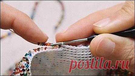 Вязание с бисером для начинающих  Набираем бисер на нить, не отрывая нити от катушки. Длина нити с нанизанным бисером примерно 1,5 метра. Вяжем полотно столбиками без накида, оставляя бисер с внешней стороны вязания.  Фото 1: На фото показано положение рук при вязании – небольшое количество бисера указательным пальцем левой руки придвигаем к полотну, одновременно средним пальцем правой руки придерживаем петлю на крючке, предохраняя ее от растяжения.  Фото 2: Следующее дейс...