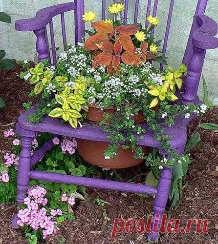 Вторая жизнь старой мебели Не спешите выбрасывать старые стулья, тумбочки, бабушкины комоды и сундуки. Из них могут получиться вот такие красивые подставки для цветов или еще чего-нибудь красивое.