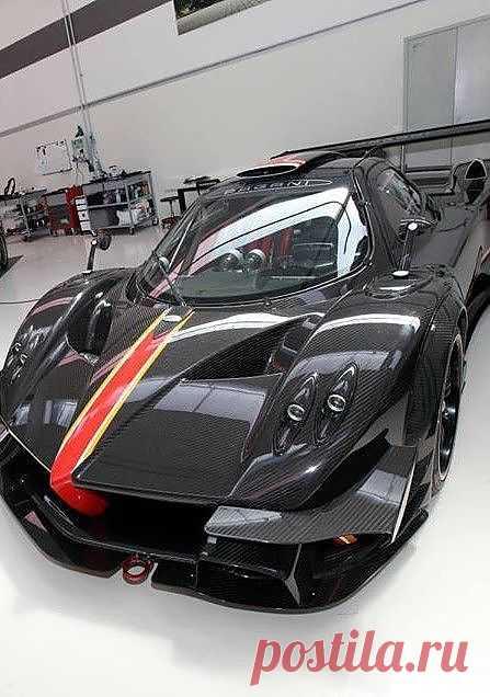 """В основе """"революции"""" - монокок из углеродного волокна, но с добавлением титана. Двигатель у новинки не оригинальный, а 6-литровый V12 от Mercedes AMG. Стоит авто $3 миллиона."""