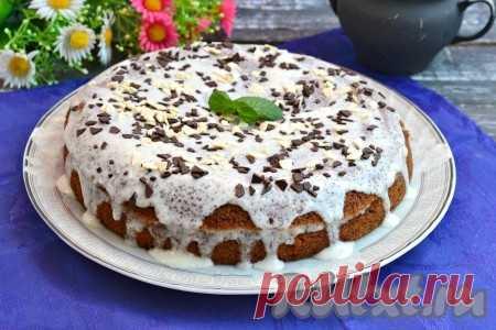 Кофейный пирог на кефире - Для приготовления кофейного пирога на кефире понадобится: кефир любой жирности - 100 мл; кофе растворимый - 3-4 ч. л.; яйца куриные - 2 шт.; масло сливочное размягченное - 100 г; сахар - 1 стакан; соль - щепотка; сода, гашеная уксусом, - 1 ч. л.; мука высшего сорта - 130 г. Для крема: сметана 20% - 250 г; сахар - 4 ст. л.; тертый шоколад любой (или осколки шоколада) для украшения. Стакан емкостью 200 мл.