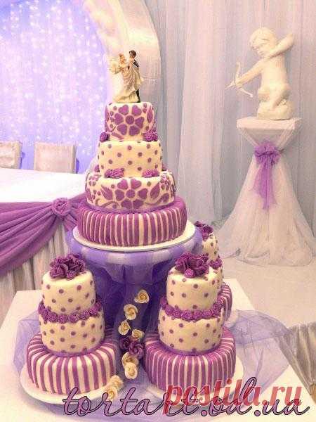 Сколько надо потратить сил, что бы придумать дизайн, стиль свадьбы, а торт, это один из главных  традиционных аксессуаров для создания торжественного, романтического настроения и оставляет запоминающиеся впечатления надолго.