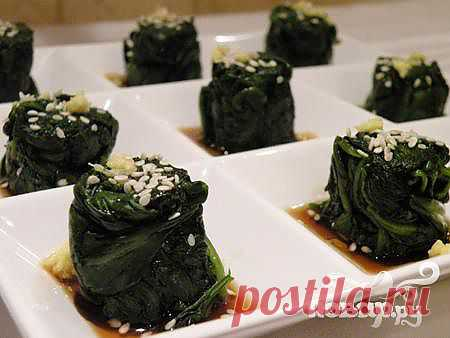 Отварной шпинат с соей и кунжутом. Ошиташи (Oshitashi) один из самых распространенных гарниров в японских ресторанах. Вкус нежный, чистый и идеально сбалансированный.