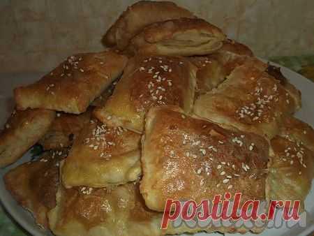 Пирожки из слоеного теста с сыром и колбасой