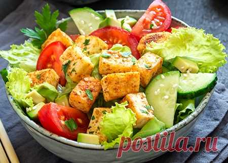 Салат с жареным тофу и кунжутом
