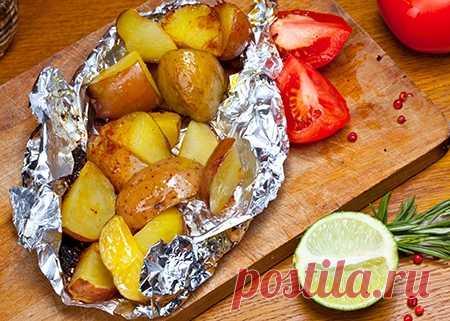 Запеченный в фольге картофель с травами и чесноком
