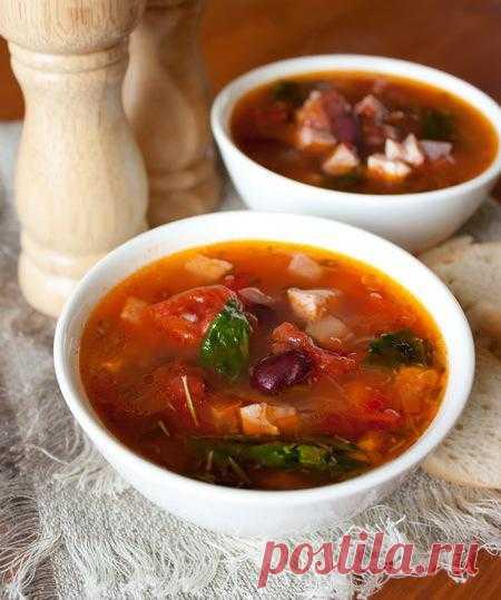 Мясной суп с фасолью и томатами.