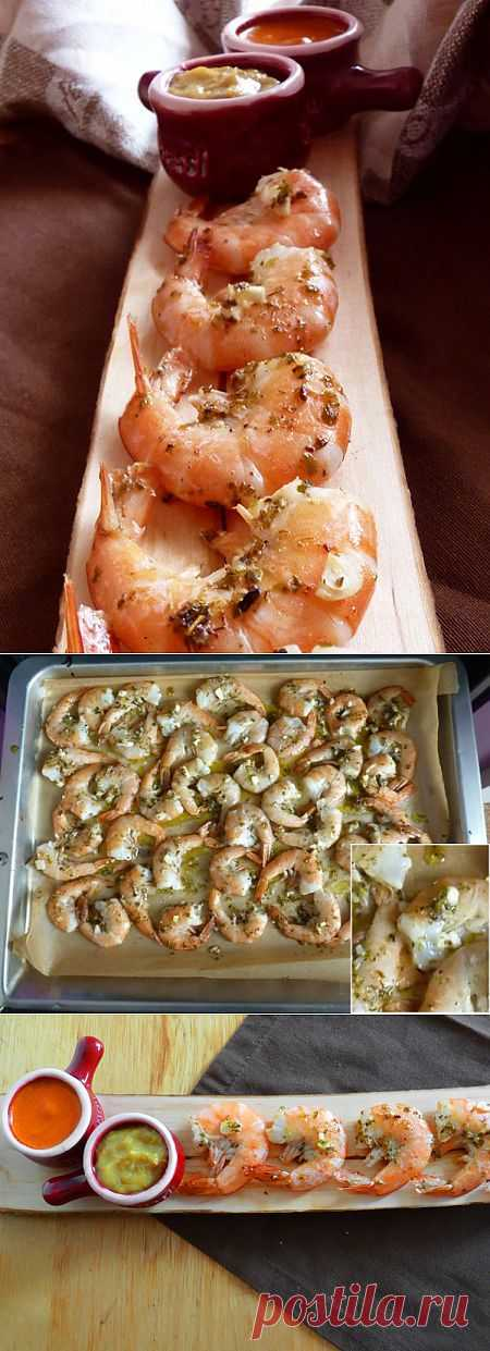 Креветки в духовке с чесночным и перечным соусами.