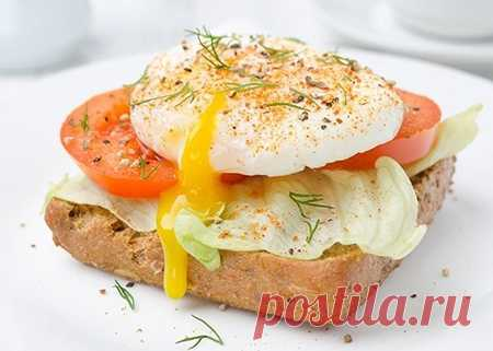 Яйца-пашот на хлебе с овощами