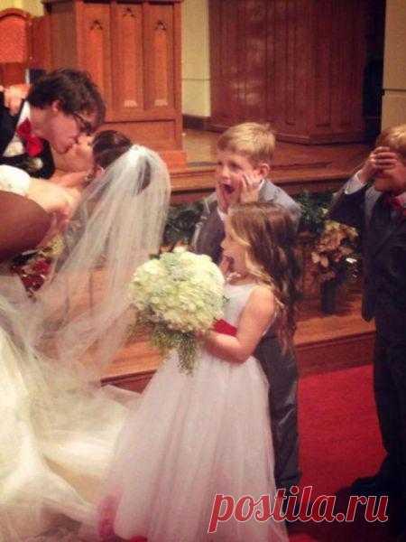 Реакция детей на свадебный поцелуй :)