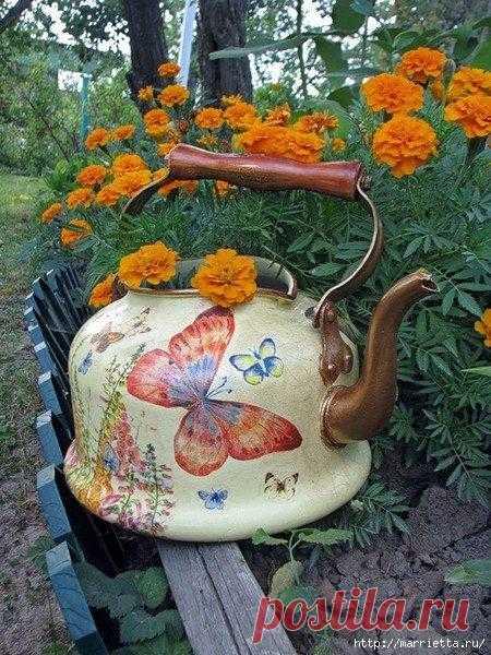 Новая жизнь старых чайников Новая жизнь старых чайниковХочу вам показать, как можно задекорировать старый чайник и подарить ему новую жизнь.Здесь есть идеи для сада, а также винтажные идеи для украшения кухонного интерьера.Смо...