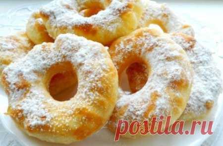 Пончики на кефире  Ингредиенты  Мука — 2,5 стакана Кефир — 250 мл Сахар — 5 ст. л. Яйцо — 1 шт. Сода — 0,5 ч. л. Соль — 1 щепотка Масло растительное — 3 ст.л. Сахарная пудра Способ приготовления