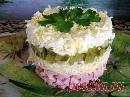 Салат Минутка Ингредиенты:   ветчина 200 гр    сыр 100 гр.    огурцы солёные 1-2  шт.    яйцо   2-3 шт.    майонез