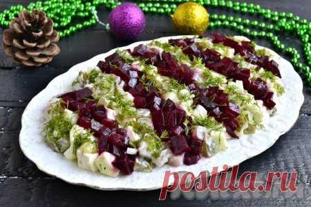 Салат с селедкой и свеклой - 10 пошаговых фото в рецепте Предлагаю вам приготовить к праздничному или повседневному столу очень вкусный салат с селедкой и свеклой. Для этого блюда понадобятся самые обычные ингредиенты, но, благодаря эффектному оформлению, салатик выглядит очень ярко и красочно. Обязательно приготовьте этот салат, он понравится и вам, ...