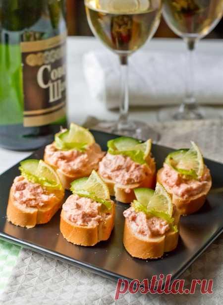 """Мусс из малосольного лосося на Вкусном Блоге Срочно несу вам рецепт новогодней закуски – если ваше новогоднее меню еще не утверждено и печатью не заверено, вносите в него этот мусс обязательно. Особенно если любите красную рыбу 😉 Готовится он на """"раз-два"""". Варианты подачи можно подобрать по вкусу – на багете, на крекерах, на ломтиках огурца и так…"""