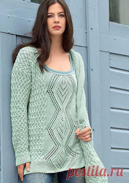 Удлиненный пуловер и сумка плетеным узором спицами – схемы с описанием вязания