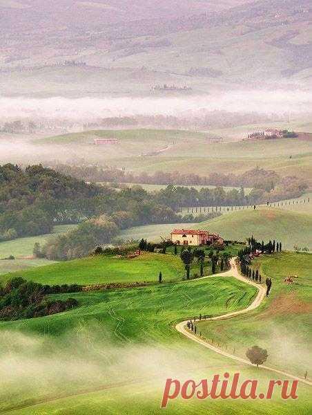 Тонкие нити тумана стелятся по долинам Прованса
