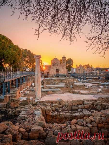 «Пафосное утро» Рассвет у колонны Святого Павла, Пафос, Кипр. Фотографией поделился Evgeni Fabisuk: nat-geo.ru/photo/user/303171/