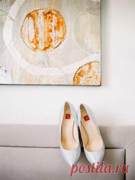 Простота и минимализм в декоре в совокупности с эклектичностью площадки и легким весенним настроением создали неповторимую атмосферу на свадьбе Ивана и Екатерины.