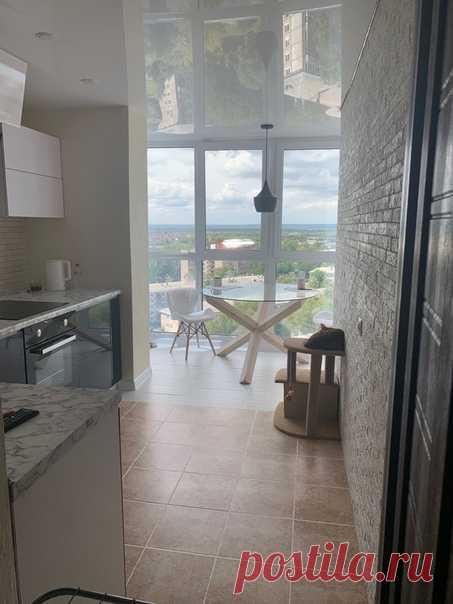 Кухня с обеденной зоной на балконе