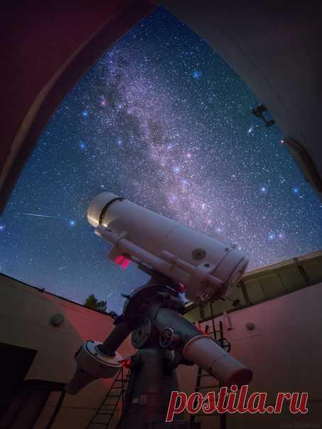«Крымская астрофизическая обсерватория. Телескоп АЗТ-8 проводит фотометрические исследования активных ядер галактик. Была теплая южная ночь. Телескоп мирно жужжал, плавно поворачиваясь вслед за далекой галактикой, в небе то и дело пролетали искорки метеоров, а из соседней комнаты доносился негромкий разговор». Кадр и подпись к нему – Юлия Жуликова, nat-geo.ru/photo/user/341810.
