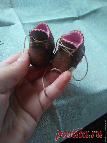 Миниатюрные ботиночки для куклы или мишки источник: http://www.livemaster.ru/topic/1210249-sozdanie-minia..