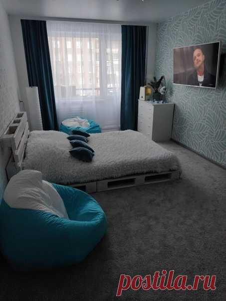 Сделали вот такую себе спальню. Решили орригинально подойти к кровати и сделали из поддонов. Получилось просто и со вкусом.