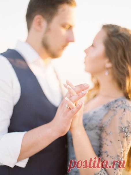 Воплотить концепцию зимней свадьбы жарким летом при помощи тканей, текстур и флористики - по-настоящему оригинальная задумка, которая сделала праздникАнастасии и Александра таким чарующим и атмосферным! Вся серия: