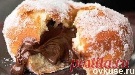 Пончики с шоколадной начинкой.