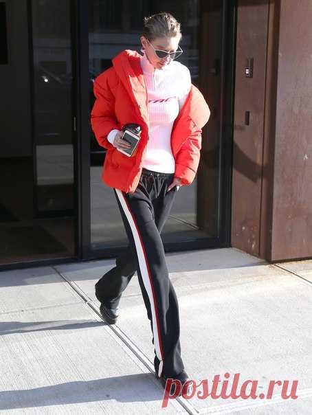 Gigi Hadid в пуховике H&M сегодня утром в Нью Йорке. Больше моделей верхней одежды вы можете найти по ссылке #HM