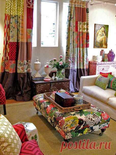 Это интерьер студии дизайна Black & Spiro, в которой работает австралийский дизайнер Anna Spiro. Обратите внимание на портьеры-пэчворк и обивку мягкой мебели.