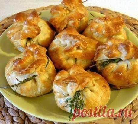 Закусочные мешочки из слоеного теста на праздничный стол!  Ингредиенты: готовое слоёное бездрожжевое тесто (пресная слойка) куриная грудка зелень сыр шампиньоны репчатый лук Соотношение продуктов по вкусу. Приготовление: 1. Приготовление:сырую куриную грудку нарежем небольшими кубиками…  2. и обжарим на масле.  3. Шампиньоны промоем, нарежем пластинками и обжарим на масле.  4. Репчатый лук очистим, мелко нарежем и обжарим на масле до прозрачности (не подрумянивая).  5. Зелень петрушки и укропа п