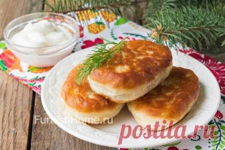 Los pastelillos fritos sobre la cocción de patatas
