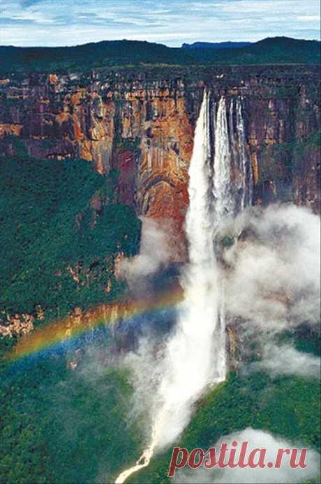 Самый высокий в мире водопад. Его высота составляет почти 1 км. Он находится в дикой местности, поэтому добраться туда можно только воздухом. Водопад Анхель, Венесуэла