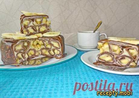 Шоколадный блинный торт с заварным кремом и бананами