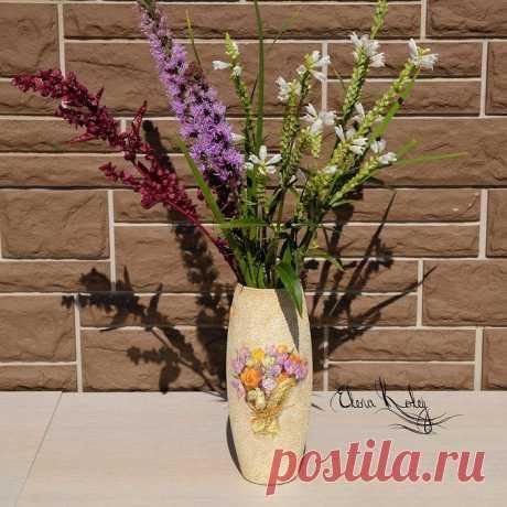 Декорируем стеклянную вазу Стеклянную вазу будем декорировать в технике декупаж с использованием яичной скорлупы. Это достаточно трудоемкая техника, так как требует кропотливой работы и усидчивости, но скорлупа придаст поверхно...