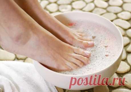 Избавьтесь от многих болезней, подержав ноги в растворе из соды и морской соли