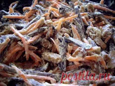 Салат «Корсар» — этот салатик займет достойное место даже на праздничном столе    Доступные продукты, вкус божественный!          Ингредиенты: Печень любаяМорковь по корейскиСухарики со вкусом сыра (обязательно длинные и из темного хлеба)МайонезЧеснок по желанию Приготовление: …