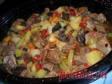 Новости Жаркое в духовке  Жаркое, а попросту, картошка с мясом и овощами, приготовленная в духовке – это всегда вкусно. Ведь мясо и овощи здесь взаимопропитываются соками и томятся вместе.  Ингредиенты: - 1 кг свинины, можно взять ошеек - 1 кг картофеля - 2-3 зеленых болгарских перца - 1 большая луковица - 1 длинная морковь - 2-3 помидора - горсть сушеных белых грибов - 1 молодой кабачок или цукини - соль и перец - жир для жарения (смалец, сливочное масло, растительное масло)
