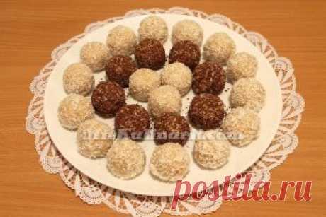 Конфеты из творога   Ингредиенты:  - творог – 100 гр.;  - шоколад – 20 гр.;  - сахарная пудра – 2 ст.ложки;  - сметана – 1 ст.ложка;  - какао – 2 ст.ложки;  - ванильный сахар – 1 ч.ложка;  - цукаты – пол ч.ложки;  Приготовление:  В тарелку насыпаем творог, сахар, пудру, какао и цукаты.  Перемешиваем, добавляем сметану и смешиваем до однородности.  На среднюю терку натираем шоколад.  Из тво