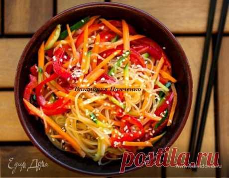 Фунчоза со свежими овощами. Ингредиенты: фунчоза, перец болгарский красный, огурцы свежие