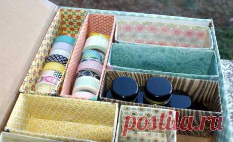 Как превратить коробку из-под обуви в шкатулку для рукоделия Чтобы получить стильную и красивую шкатулку, вовсе необязательно приобретать ее в магазине. Такой предмет очень легко сделать самостоятельно, используя лишь подручные материалы.