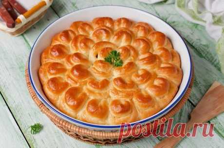 """El pastel con la carne \""""el Crisantemo\"""".\u000a\u000aLOS INGREDIENTES\u000aEl tormento 500 g\u000aLa levadura 8 g (2 ch.l.)\u000aLa leche de vaca 125 ml\u000aEl kéfir de 125 ml\u000aLos huevos de gallina 1 piezas\u000aEl aceite de 60 ml vegetales (6 art. de l.)\u000aEl azúcar 10 g (1 art. de l.)\u000aLa sal por gusto\u000aEl picadillo de vaca 300 g\u000aLa cebolla 60 g (0,5 cabezas)\u000aEl ajo 1 diente\u000aEl queso 150 g\u000aEl pimiento negro por gusto\u000a\u000aEL PROCESO DE LA PREPARACIÓN\u000aPreparar los ingredientes: el tormento, la levadura, el azúcar, el huevo, el aceite vegetal, la leche, el kéfir, la carne picada, el queso, la cebolla, el ajo, la sal y el pimiento negro molido. Si tomar la forma diam..."""
