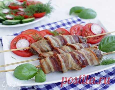 Люля-кебаб в беконе. Ингредиенты: мясной фарш, бекон сырокопченый, укроп свежий