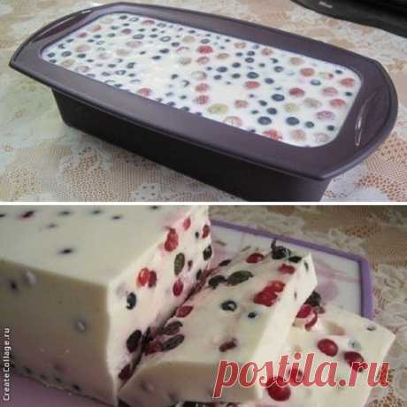Smetanny dessert with berries (smetanny cake jelly)